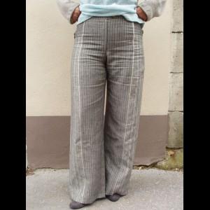 KALHOTYJednoduché a příjemné kalhoty se svislým proužkem.